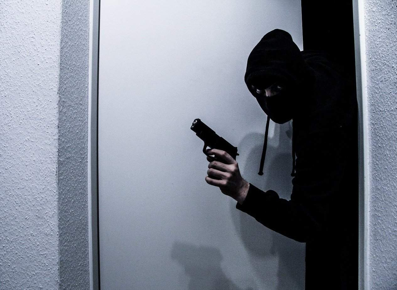 7 Effective Strategies to Outsmart Burglars and Stop Them Completely